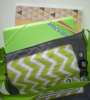 Brennender Schuh - Umhängetasche für Mappen und Ordner grau grün