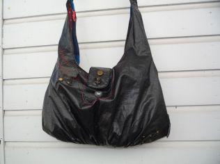 Brennender Schuh - Zirkus-Tasche, Schultertasche schwarz abwaschbar