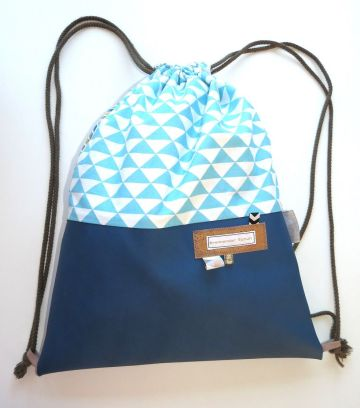 turnbeutel-rucksack-kunstleder-jeansblau-baumwollstoff-dreiecke-hellblau-genaeht
