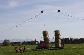 Diese Skulptur aus Heuballen zeigt wie massiv in Großkarolinenfeld der 12 Meter hohe Damm für den Brenner-Nordzulauf sein wird. Quelle: Brennerdialog