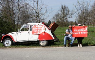 """Die alte """"Ente"""" muss als Logistik-fahrzeug für den Protest herhalten. Quelle: Brennerdialog"""