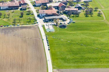 Das Luftbild zeigt wie nah die neue Bahnstrecke an den Häusern von Großkarolinenfeld (Ödenhub) vorbeiführt, Landwirtschaftliche Flächen zerschneidet und die Existenz von Landwirten zerstört. Quelle: Thorsten Jochim