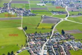 Das Luftbild zeigt wie, nah die neue Bahnstrecke an den Häusern von Großkarolinenfeld (Ried und Mühlbach) vorbeiführt, Landwirtschaftliche Flächen zerschneidet und die Existenz von Landwirten zerstört. Quelle: Thorsten Jochim