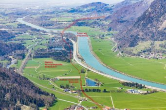 Das Luftbild zeigt wie die neue Bahntrasse als Brenner-Nordzulauf wertvolle Naturflächen im engen Inntal bei Niederaudorf zerstört. Quelle: Thorsten Jochim