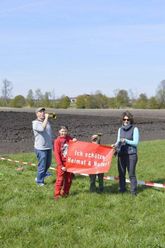 Die ganze Familie protestiert in Großkarolinenfeld gegen den Brenner-Nordzulauf auf. Quelle: Brennerdialog
