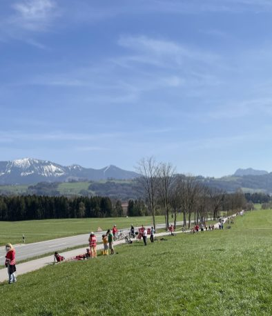 Menschen zeigen in Riedering, Niedermoosen wie der Brenner-Nordzulauf das Inntal zerstören wird. Quelle: Brennerdialog