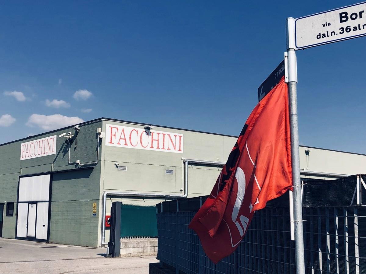 L'azienda Facchini di Poncarale con le bandiere Cgil