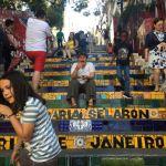Moment de fou rire de Laetitia qui visitait les célèbres escaliers Selaron à Lapa (Rio)