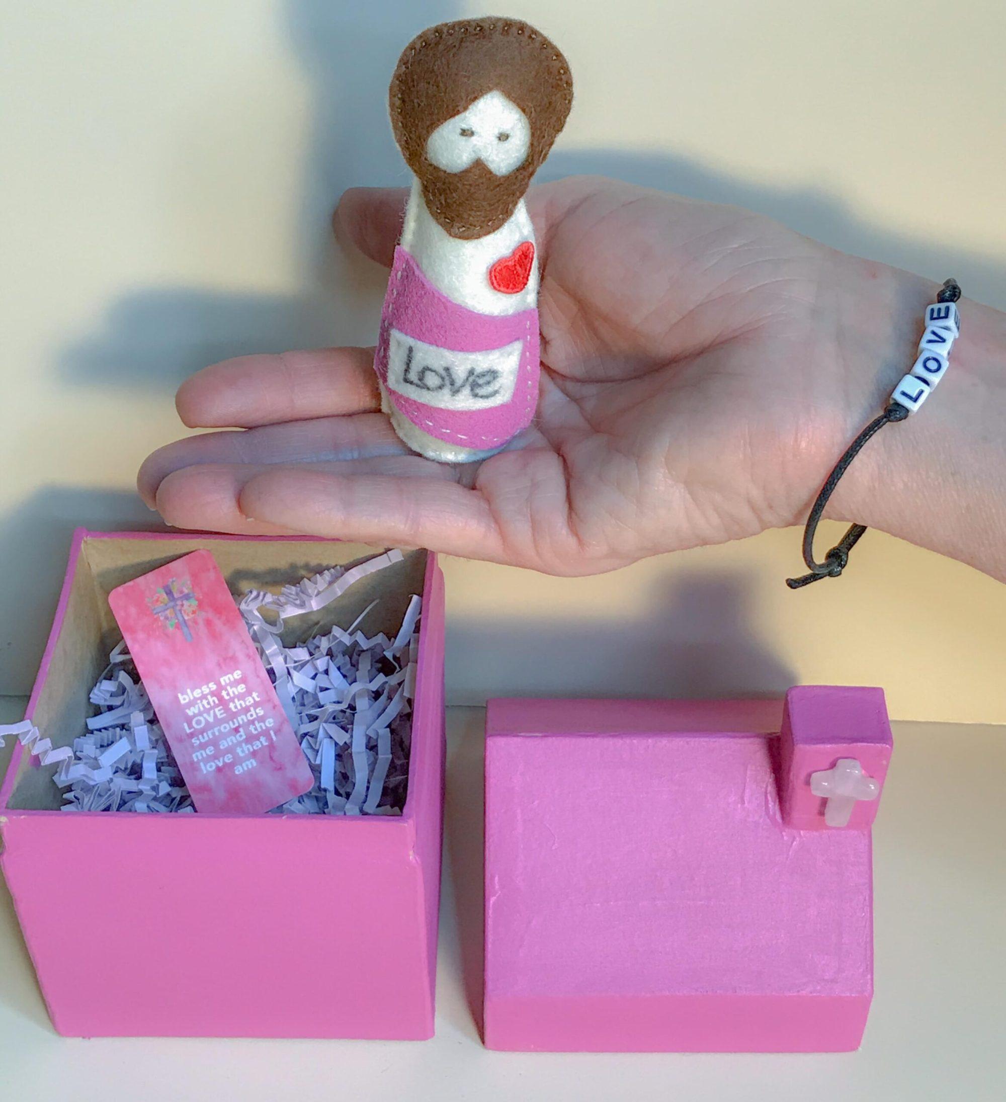 Pocket_jesus_doll_love_03.min
