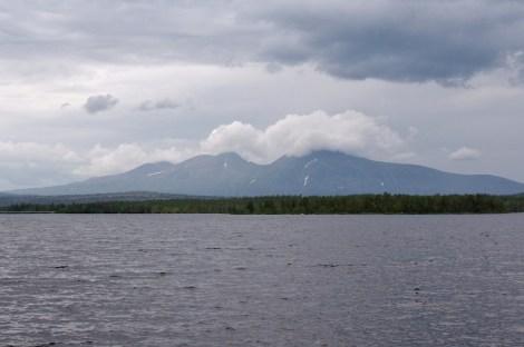 Das wolkenverhangene Sølenmassiv (1755 m)
