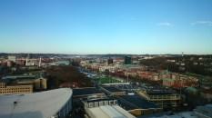 Vorne die Messehallen, rechts am Hang Örgryte, eines der teuren Wohngebiete Göteborgs.