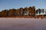 Der benachbarte Badplatz an unserem Haussee: Volksfeststimmung auf dem Eis.