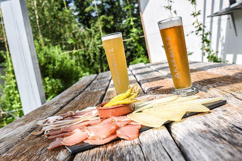 Bière Akerbeltz avec plateau de charcuterie