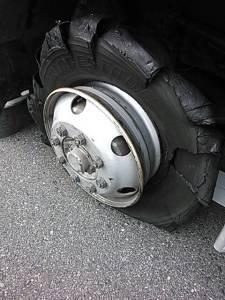 【悲報】 車のタイヤバースト急増!!セルフスタンドが原因?