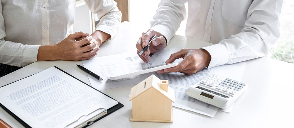 Perspective homeowners calculating the value of a home.