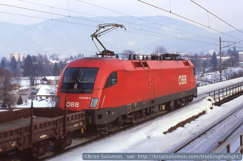 An OBB Taurus electric leads a northward freight at Villach, January 2006.