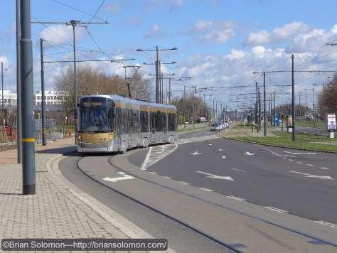 STIB_55_Tram_crossing_dual_carriageway_DeVinci_Brussels_P1180958
