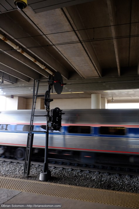 PRR_position_light_at_Secaucus_w_Amtrak_blur_DSCF1614