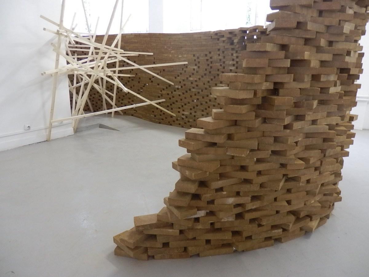 """Exposition """"Terre"""" Carte Blanche à Alia Bengana La Galerie Episodique - Paris Etats, une installation de Jacques Kaufmann artiste céramiste"""