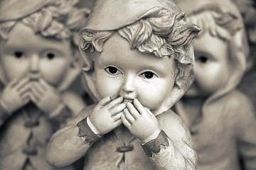Tre-bambole-di-porcellana