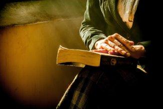Lettore che riflette su quello che ha letto