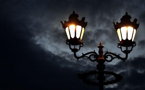 lampioni-accesi-nella-notte