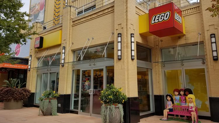 These New LEGO Stores Gave Away 500 Limited and Exclusive Minifigures