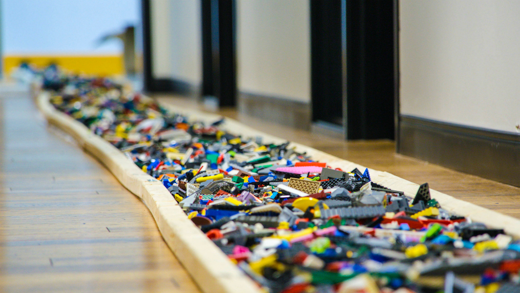 """Guinness Record Holder Discusses with """"Smithsonian Magazine"""" Why Walking on  LEGO Hurts More than Fire or Glass"""