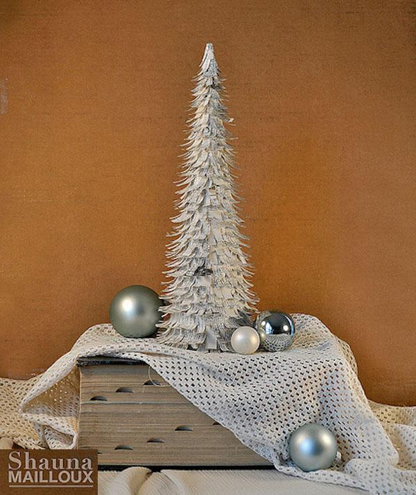 árbol de Navidad hecho con papel de periódico