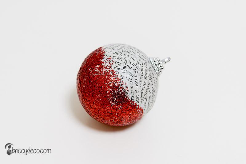 bola de Navidad con papel de periódico