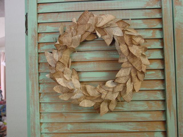 corona de Navidad hecha con papel de periódico