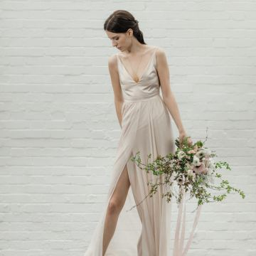 Modern Minimalist Styled Shoot Featuring Gowns For The Natural Bride | Cinzia Bruschini 12