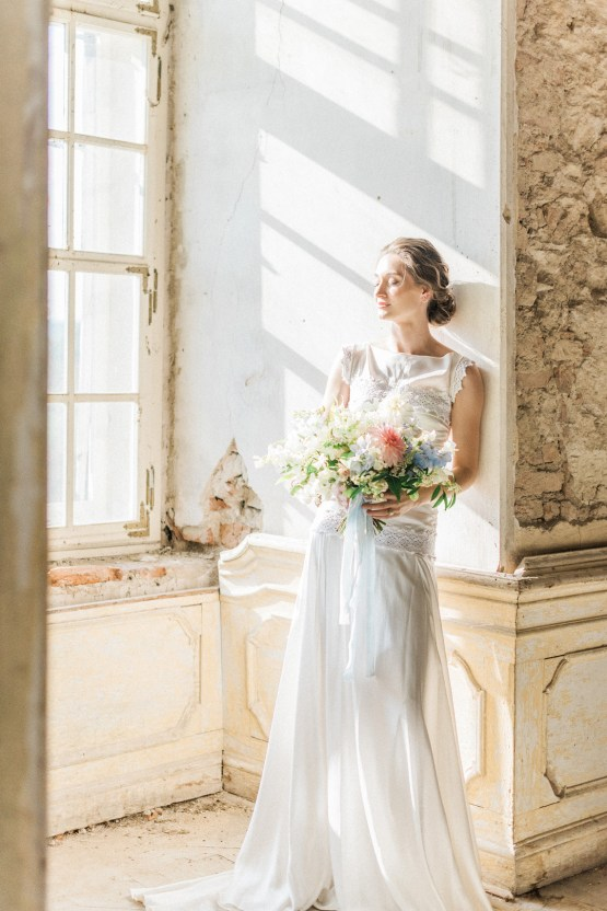 Ornate Candelit Peach & Blue Wedding Inspiration | Gabriela Jarkovska 20
