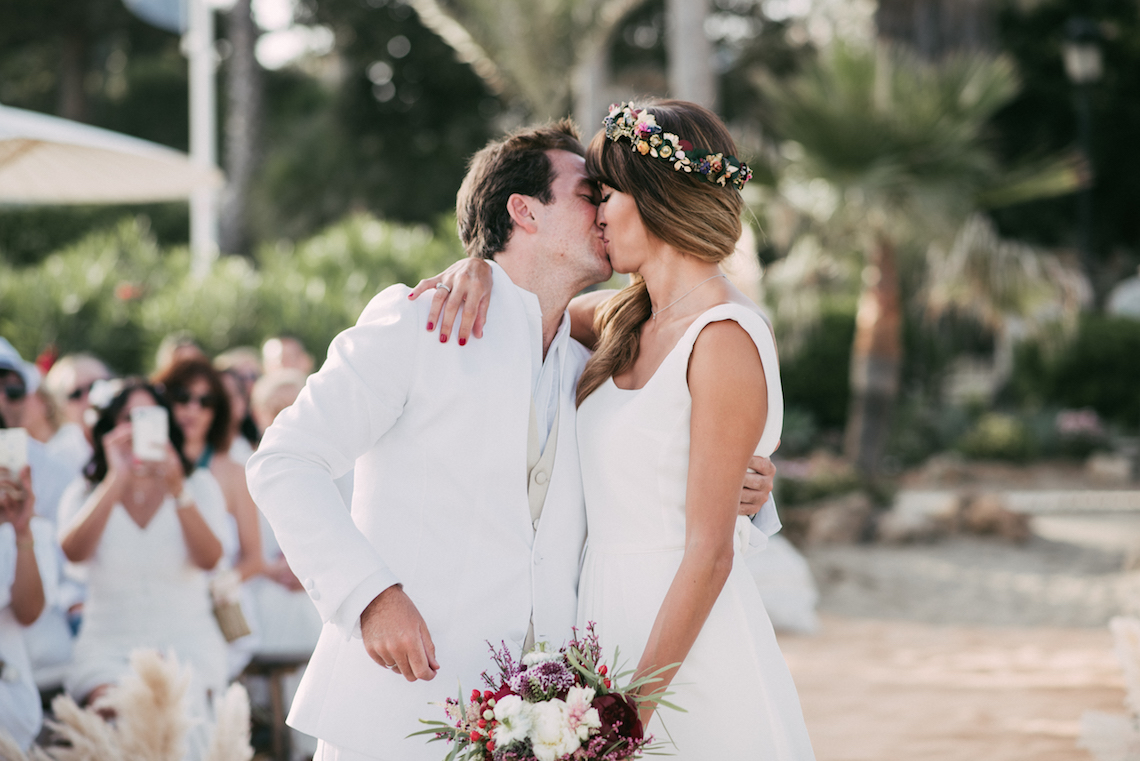 Relaxed All-White Spanish Beach Wedding With Seriously Glamorous Bridal Beauty Style | Sara Lobla Photography 9