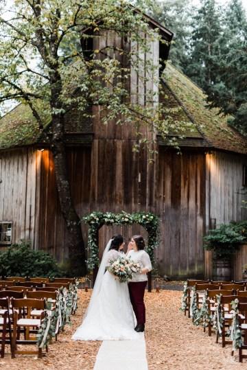 Rustic Barn Wedding Filled With Greenery | Deyla Huss Photography 18