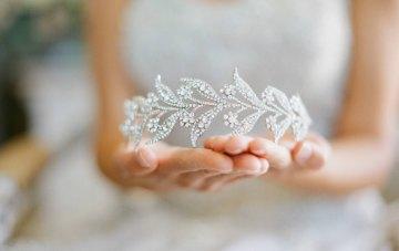20 guirnaldas y tiaras de boda hermosas y únicas