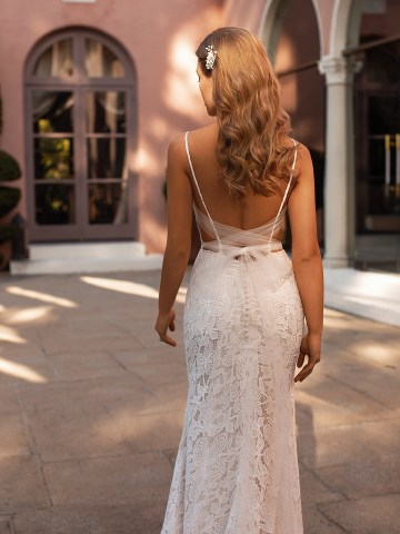 10 Gorgeous Wedding Dresses that Flatter Your Curves – Moonlight Bridal – Val Stefani – Bridal Musings – S2168_C
