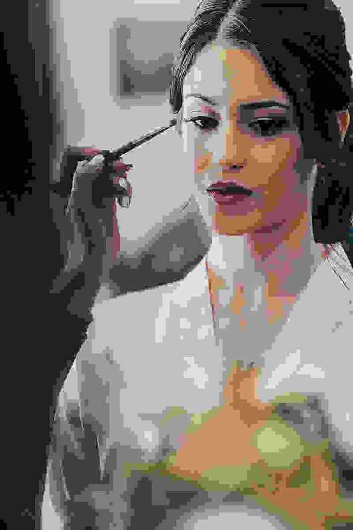 205ffb06a1c7 Τη ρομαντική διακόσμηση ανέλαβε ο Χρίστος Πολυβίου του Luciana Wedding  Creations and Event Planning με μια υπέροχη γιρλάντα από ευκάλυπτο