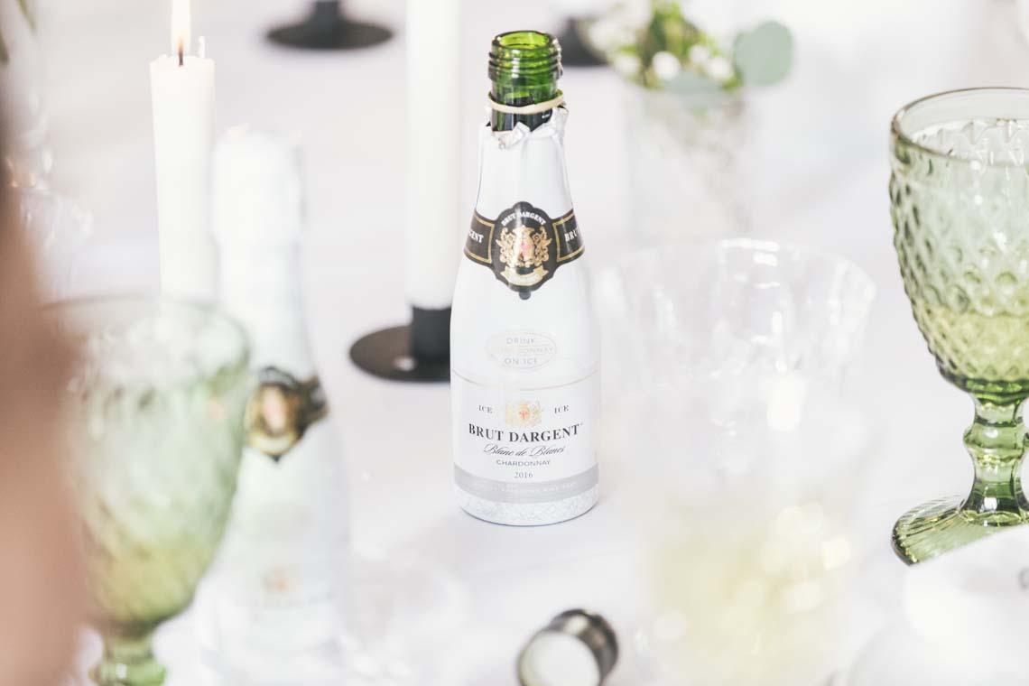 Nordisk forårsborddækning med mini champagner af Bridenista
