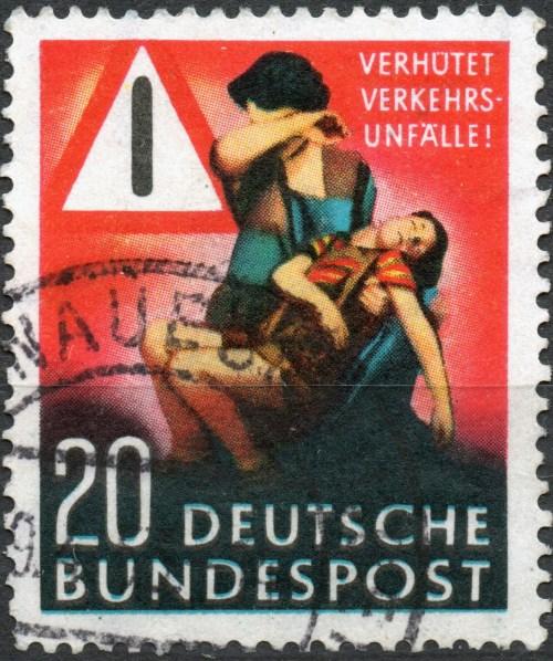 Scan: gebrauchte, mehrfarbige Briefmarke der BRD, Deutsche Bundespost von 1953, Nennwert 20 Pf -'Verhütet Verkehrsunfälle!'.