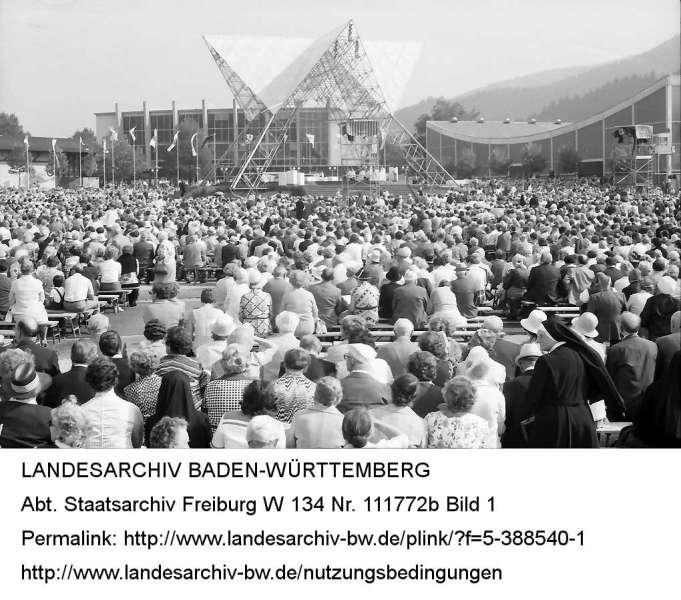 """Freiburg: 85. Deutscher Katholikentag, Gottesdienst, """"alter"""" Messplatz - Quelle: Landesarchiv Baden-Würtemberg (W 134 Nr. 111772b) [1]"""