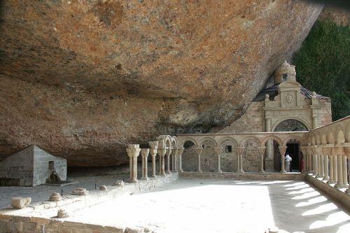 Baudenkmal Klosterruine San Juan de la Peña - Blick von hinten auf den Säulengang der auf der Briefmarke gezeigt wird - Quelle: Wikipedia, Willyman [1]