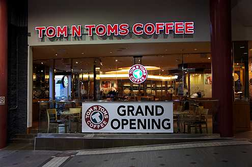 Tom N Toms, a popular Korean coffee chain, is now open at the Little Tokyo Shopping Center with late hours for those who like to work or stay out late