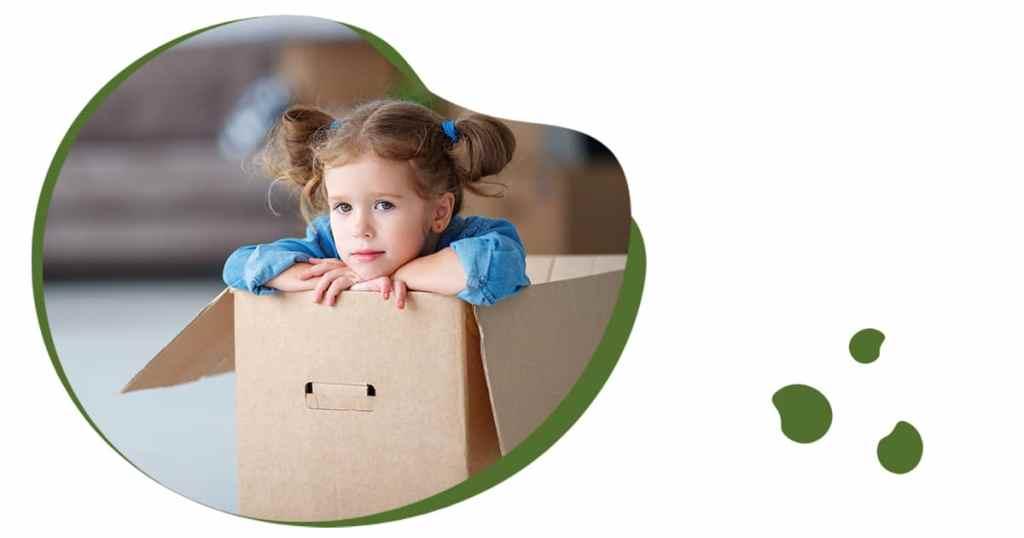 Verschillende soorten rouw, een meisje zit verdrietig in een verhuisdoos.
