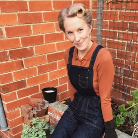 Dungarees: Freddies of Pinewood / Top & Gloves: Lindy Bop