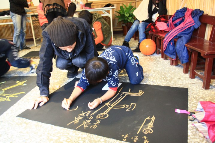 Teacher drawing with the kids during Artistic Expression through Motion class. Photo courtesy 蘇嘉琦