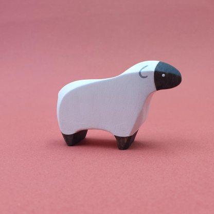 Mouton noir et blanc debout