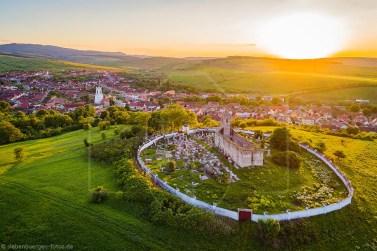 Luftaufnahme mit Blick auf die Bergkirche, Friedhof und Ortschaft in Urwegen(Gârbova). Datum: 17.05.2017