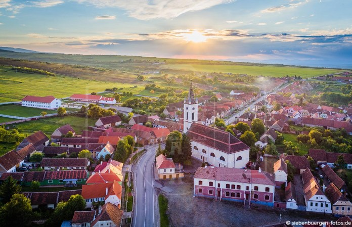 Luftaufnahme mit Blick auf die evangelische Kirche in Großpold(Apoldu de Sus). Datum: 16.05.2017