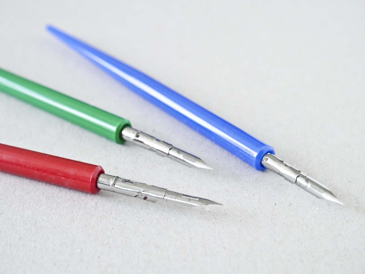 Tre dyppepenne med metalspidser og plastikskafter i rød, grøn og blå